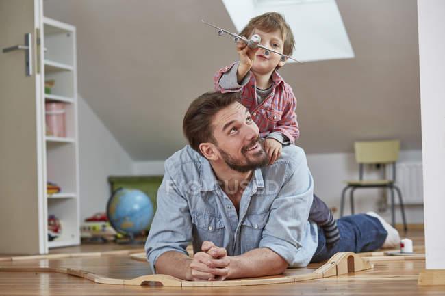 Батько і син, граючи з іграшкою ПС — стокове фото