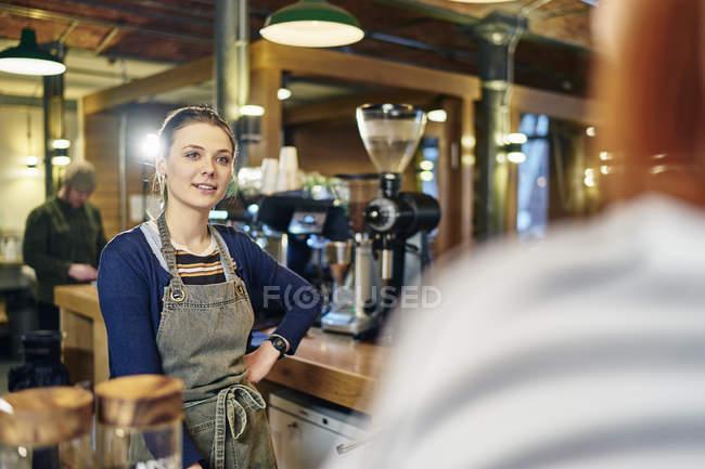 Кавказька жіноча бариста на роботі — стокове фото