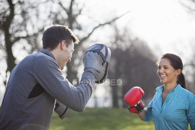 Молодий чоловік і жінка бокс навчання в парку — стокове фото