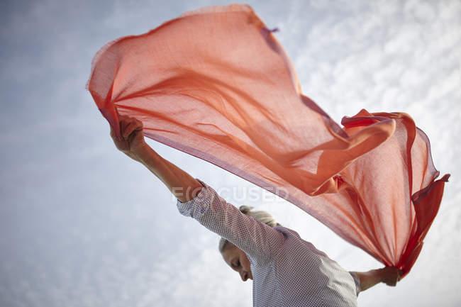 Зрілі жінки на відкритому повітрі, проведення шарф за нею, низький кут зору — стокове фото