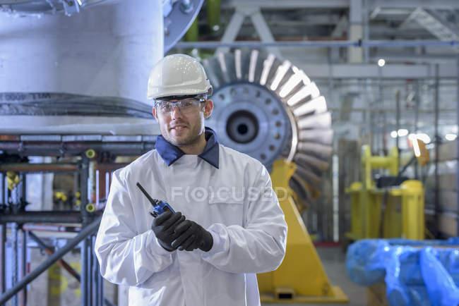 Retrato del aprendiz en una central de gas - foto de stock