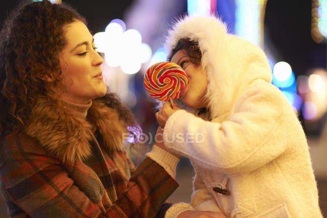 Madre e figlia godendo lecca-lecca — Foto stock