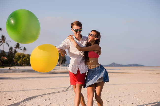 Young couple on beach playing with balloons, Koh Samui, Thailand — Stock Photo