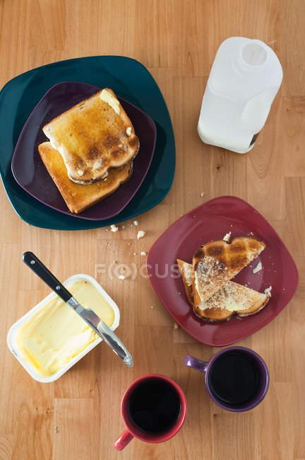 Tazas de café y tostadas en la mesa, la vista superior - foto de stock