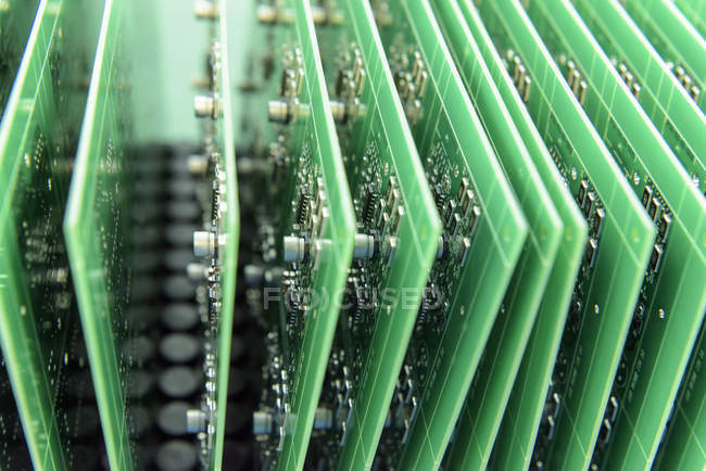 Detalle de placas de circuito en fábrica de montaje de placa de circuito, primer plano - foto de stock