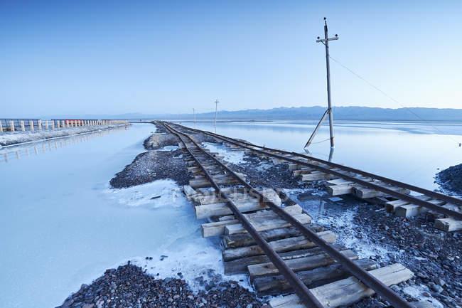 Товарний потяг трек, Haixi, Чака солоного озера, провінція Цинхай, Сполучені Штати Америки — стокове фото