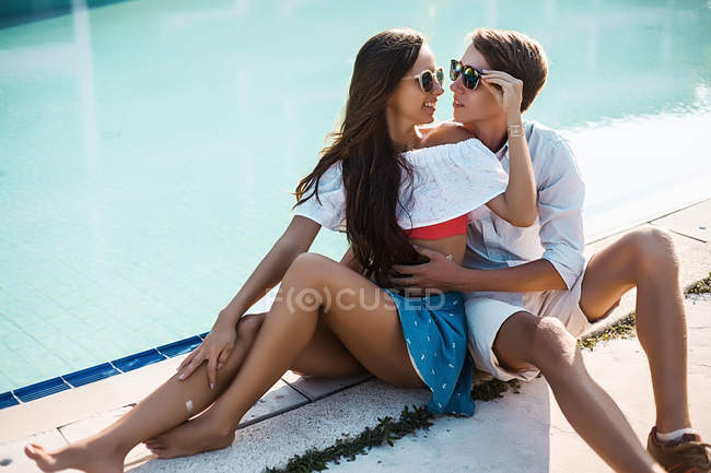 Young couple sitting on poolside, Koh Samui, Thailand — Stock Photo