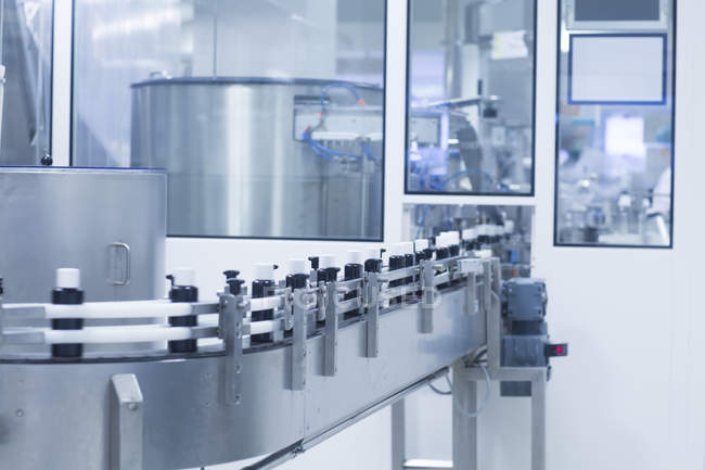 Closeup shot of silver medical manufacturing machinery, pharmaceutical concept — Stock Photo