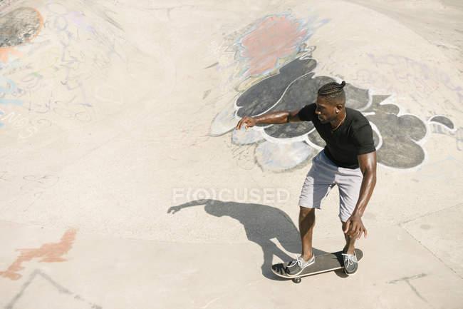 Junge männliche Skater Skateboard skatepark — Stockfoto