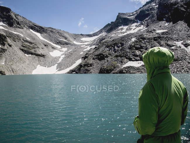 Homem ao lado do lago Morasco, Morasco, Val Formazza, Piemonte, Itália — Fotografia de Stock