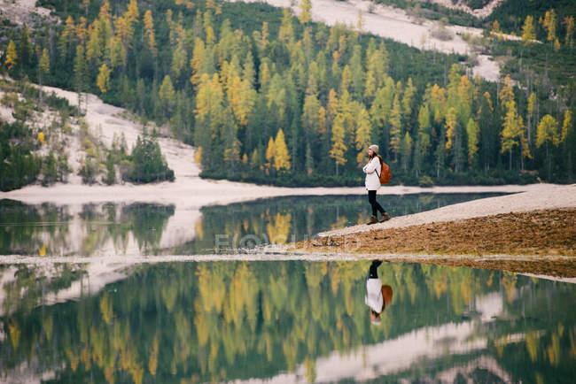 Mulher, apreciando a vista, Lago di Braies, Alpes Dolomitas, Val di Braies, Tirol do Sul, Itália — Fotografia de Stock