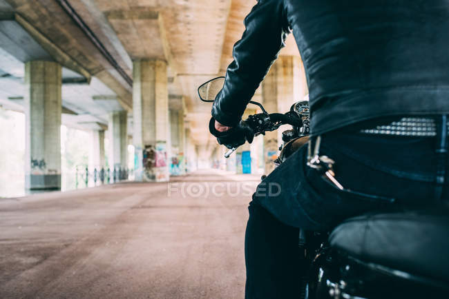 Rear view of male motorcyclist on motorcycle — Stock Photo