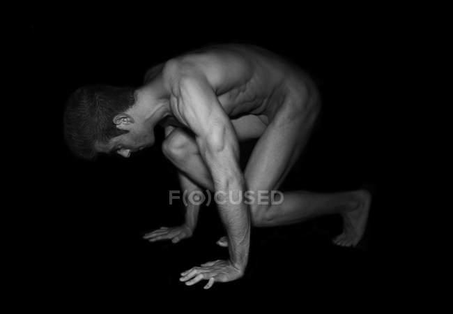 El hombre musculoso desnudo que envuelve - foto de stock
