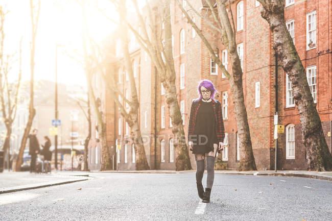 Женщина, идущая посреди улицы — стоковое фото