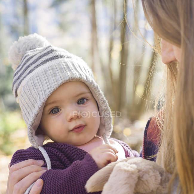 Портрет дитячої дівчини носіння в'язання капелюх дивлячись на камеру — стокове фото