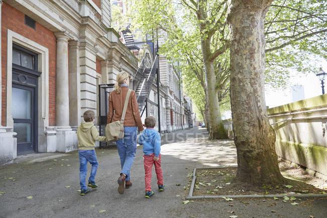 Задній вигляд матері і сини тримає в руках вулицю, Лондон, Великобританія — стокове фото