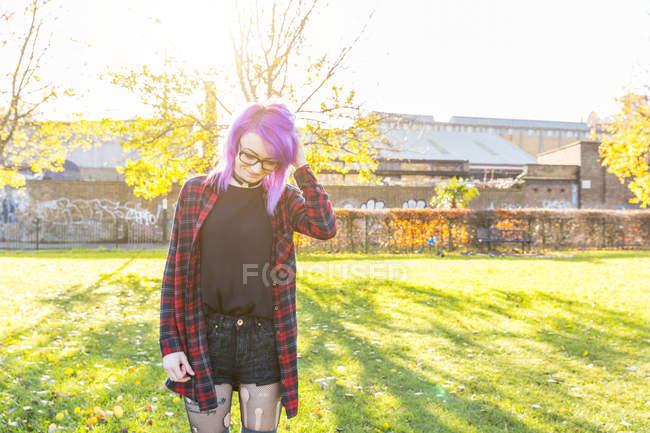Mujer jugando con el pelo en el parque - foto de stock