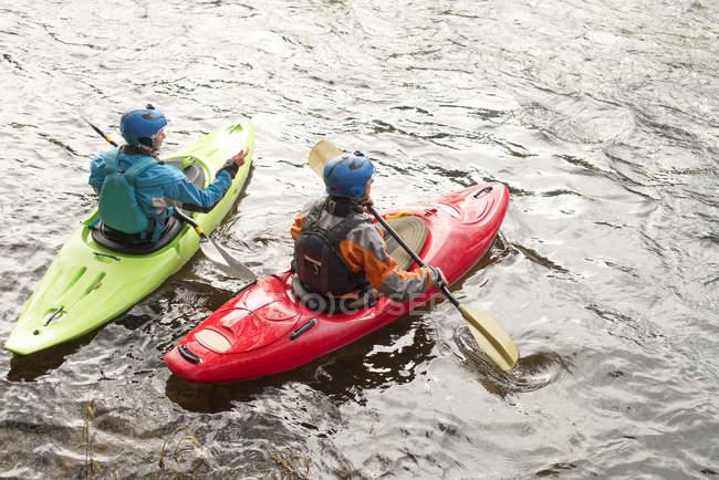 Kayakers mâles et femelles pagayant sur la rivière Dee — Photo de stock