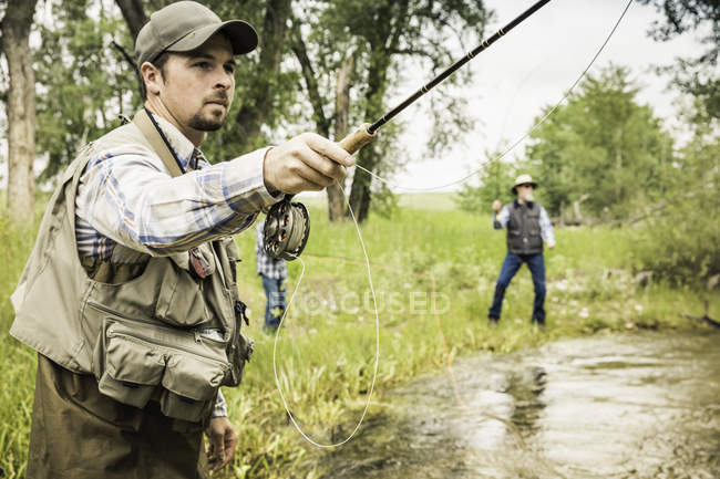 L'uomo vola, pesca con la famiglia a fiume — Foto stock