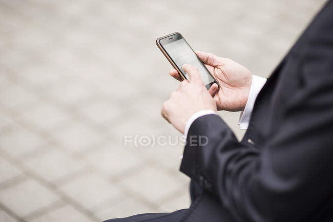 Куповані зору людини за допомогою смартфона — стокове фото