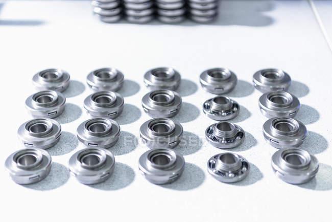Rotateurs de soupapes sur la chaîne de montage dans l'usine de pièces automobiles — Photo de stock