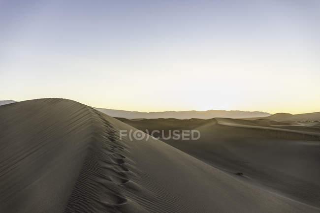 Следы на Мескит плоских песчаных дюн в долине смерти Национальный парк, Калифорния, США — стоковое фото