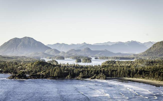 Vista elevata del paesaggio costiero con montagne e alberi verdi — Foto stock
