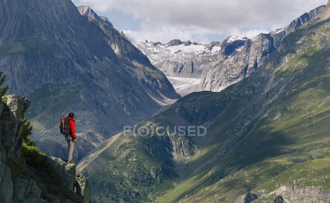Einsame männliche Bergsteiger mit Blick vom Grat, Aletschgletscher, Kanton Wallis, Schweiz — Stockfoto