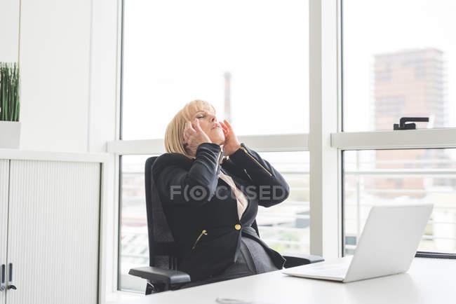 Estressado maduro empresária no escritório mesa — Fotografia de Stock
