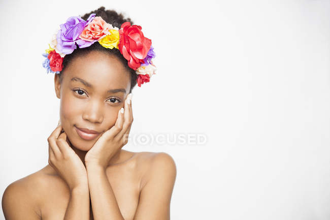 Porträt der Frau trägt Blumen Haarband Blick in die Kamera — Stockfoto