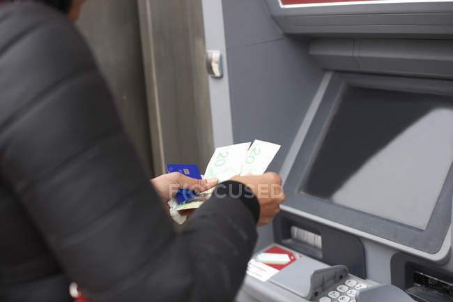 Femme utilisant un distributeur automatique de billets — Photo de stock