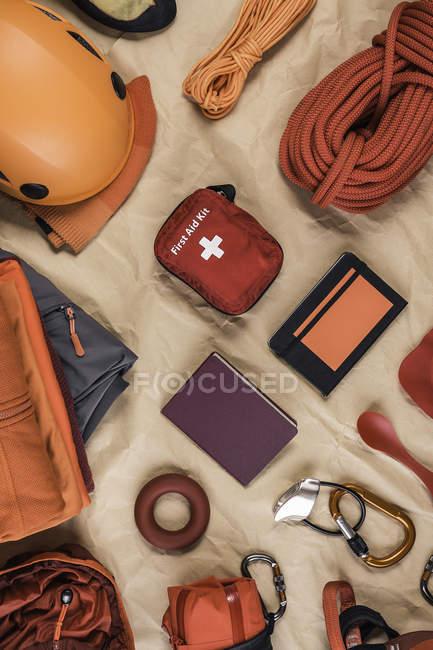 Вид зверху скелелазіння обладнання з сходження шолом, надання невідкладної допомоги та Візки для спортивного інвентаря — стокове фото