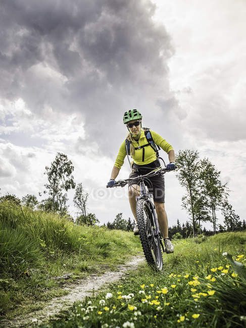 MTB donna, Augsburg, Baviera, Germania — Foto stock