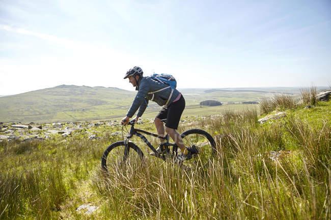 Cyclist cycling on hillside — Stock Photo