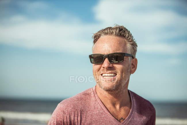 Retrato de homem usando óculos de sol — Fotografia de Stock