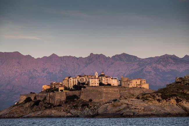 Vue sur mer et Calvi sur promontoire au crépuscule, Corse, France — Photo de stock