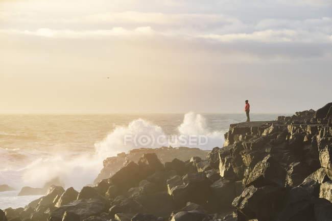 Wellen schlagen auf Felsen, Schlangenhalbinsel — Stockfoto