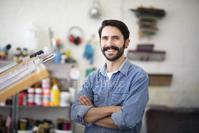 Retrato de jovem impressora masculino no estúdio de impressão — Fotografia de Stock