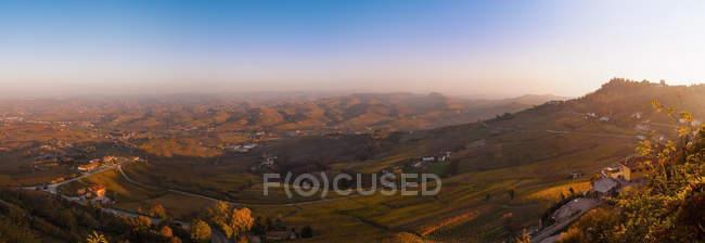 Vue panoramique du paysage de colline au coucher du soleil — Photo de stock