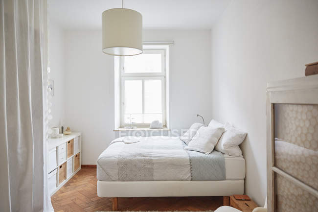 White coloured bedroom with parquet floor, bed and cupboards — Stock Photo