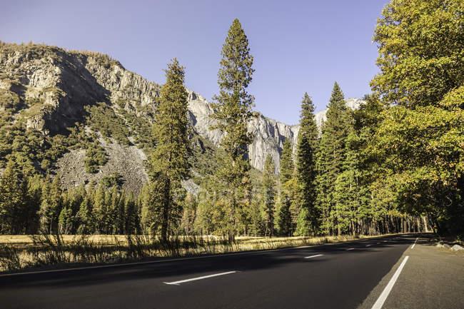 Route à travers Parc National de Yosemite, Californie, é.-u. — Photo de stock