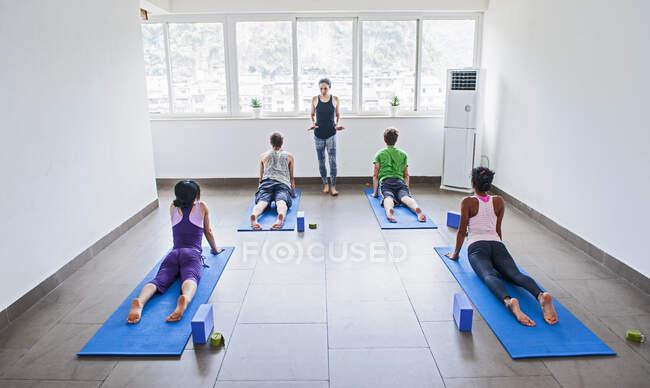 Інструктор викладання йоги у спортзалі. — стокове фото