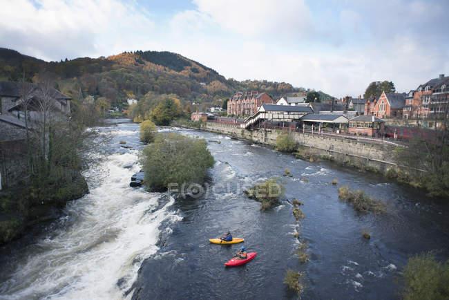 Vue à angle élevé de deux kayakistes au bord des rapides de la rivière Dee, Llangollen, Pays de Galles du Nord — Photo de stock