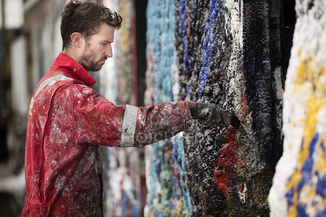 Маляр, покраска стен — стоковое фото
