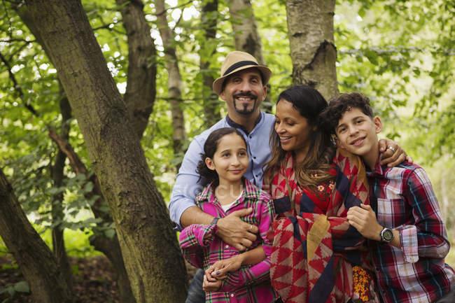 Verticale de famille restant dans la forêt, souriant — Photo de stock