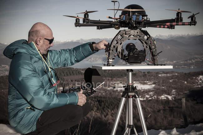 Зрелый человек собирается летать Дрон, Стреза, Пьемонт, Италия — стоковое фото