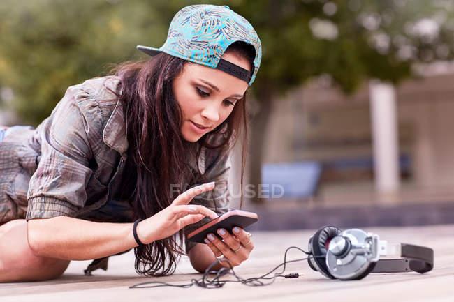 Texting ballerino sul cellulare — Foto stock