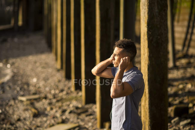 Человек, растягивающийся под мостом, Уоппинг, Лондон, Великобритания — стоковое фото