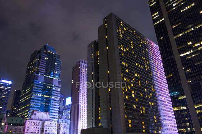 Niedriger Winkel Blick auf Gebäude beleuchtet in der Nacht, New York, USA — Stockfoto