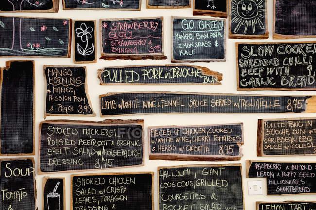 Quirky café interior com menu em quadros negros com giz — Fotografia de Stock